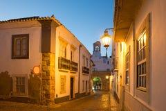 Europa Portugal, Faro - gatasikt av den historiska gamla staden arkivfoto