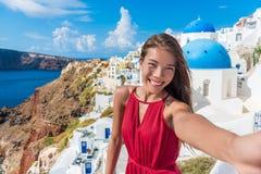 Europa-Reise selfie Asiatin in Oia Santorini lizenzfreies stockfoto