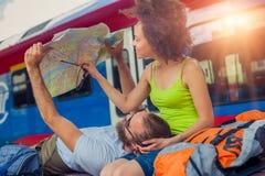 Europa-Reisepaare, die touristische Karte in Belgrad betrachten stockfotografie
