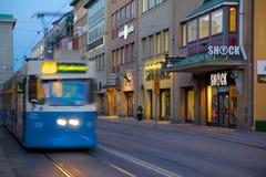 Europa Skandinavien, Sverige, Göteborg, spårvagn på Sodra Hamng på skymning Royaltyfri Bild