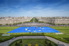 Europa största flagga framme av parlamentslotten i Bucharest Arkivfoto
