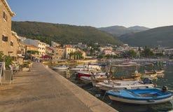 Europa stad Perast Montenegro 2017 år fartyg att närma sig till pir arkivfoto