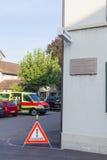 Europa, Szwajcaria, Schaffhausen Wrzesień 28, 2015 - parking karetka i zabraniać drogowego znaka blisko ścian dom - Obrazy Stock