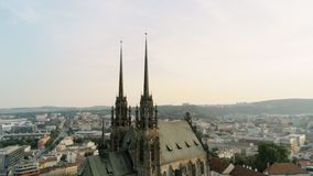 Europa, Tsjechische Republiek, Brno cityscape met oriëntatiepunten - satellietbeeld van oude stad stock video