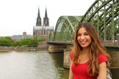 Europa turist- handelsresandekvinna Lycklig le flicka som tycker om trave arkivfoto