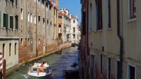 europa Venedig Italien September 2018: Wassertaxi transportiert Touristen entlang dem Kanal stock video