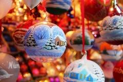 Europa-Weihnachtsmarktspielzeugballonbaum-Dekorationsfamilie Lizenzfreie Stockfotos