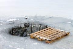 Europalette der hölzernen Palette nahe bei dem schwimmenden Loch stockfoto