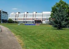 Europarådetbyggnad med alla EU-flaggor Fotografering för Bildbyråer