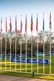Europarådettecken bredvid medlemflaggor Arkivbild