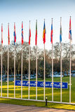 Europaratzeichen neben Mitgliedsflaggen Stockfotografie