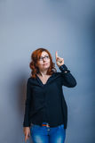 European-looking woman of 30 years is pointing in Royalty Free Stock Photography