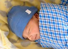 Europees-Aziatische pasgeboren babyslaap Stock Foto's