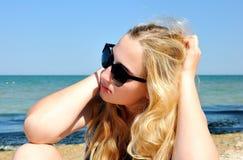 Europees blondiemeisje dichtbij het overzees Royalty-vrije Stock Afbeeldingen