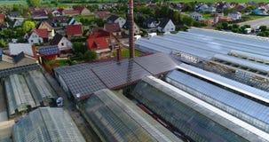 Europees dorp dichtbij serres, grote serre complexe dichtbijgelegen het Europese dorp, Duitsland stock videobeelden