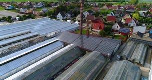 Europees dorp dichtbij serres, grote serre complexe dichtbijgelegen het Europese dorp, Duitsland stock footage
