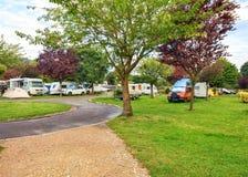 Europees kampeerterrein voor auto's en aanhangwagens Royalty-vrije Stock Foto