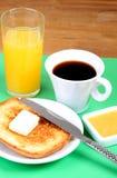 Europees ontbijt: kop van koffie, toosts, jam, boter en jus d'orange Stock Afbeeldingen