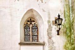 Europees oud venster op een witte gewassen muur met een oude lantaarn Stock Foto's