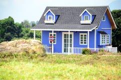 Europees stijlhuis in de tuin Stock Afbeeldingen
