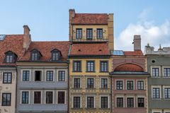 Europeisk arkitektur färgrika byggnader i den molniga himlen royaltyfria bilder