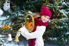 Europeisk barnflicka för härligt litet barn i vinterskog med snö Arkivbilder