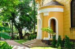 Europeisk byggnadsstil med gräsplanträdgården i Thailand. Arkivfoto