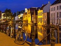 Europeisk cityscape och riverview för natt med två bycicles i Arkivbild