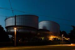 Europeisk domstol av mänskliga rättigheter på natten Arkivfoton