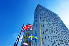 Europeisk domstol i Luxembourg tillsammans med par av flaggor Arkivbild