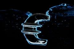 Europeisk färgstänk för valutaeurotecken in i vatten Royaltyfri Foto