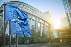 Europeisk facklig flagga mot parlamentet i Bryssel Arkivbilder
