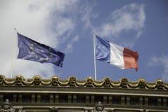 Europeisk facklig flagga och den franska flaggan arkivfoton