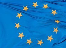 Europeisk facklig flagga på bakgrund för blå himmel, slut upp Arkivfoto
