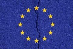 Europeisk facklig flagga på sprucken väggtexturbakgrund Royaltyfri Fotografi