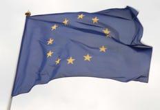 Europeisk facklig flagga som framme flyger av ljus blå himmel Royaltyfri Fotografi