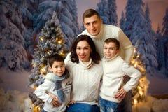 Europeisk familj av fyra i julpynt Arkivbild