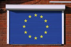 Europeisk flagga på stängda säkerhetsslutare royaltyfri bild