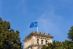 Europeisk flagga på Reichstagen som bygger Berlin Arkivfoto