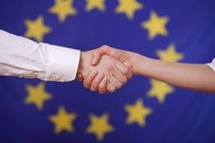 europeisk flaggahand över shake fotografering för bildbyråer