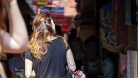 Europeisk flicka som undersöker den asiatiska textilmarknaden Royaltyfri Bild