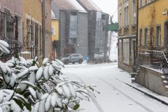 Europeisk gammal stadsgata i snö Arkivbild
