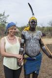 Europeisk kvinna och man från den Mursi stammen i den Mirobey byn Mago Arkivbild