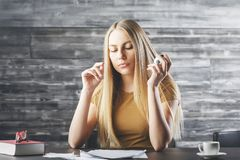 Europeisk kvinna som gör skrivbordsarbete Royaltyfria Bilder