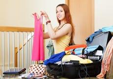 Europeisk kvinna som väljer kläder för semester Arkivfoton