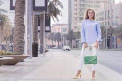 Europeisk kvinnlig iklädd smart tillfällig stil Arkivbild