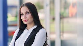 Europeisk kvinnlig lyckad affärskvinna som tycker om avbrottet som ler att spela med exponeringsglas stock video