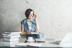 Europeisk kvinnlig sekreterare på kontorsskrivbordet arkivbilder
