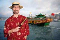 Europeisk man i dräkt för traditionell kines i Hong Kong arkivfoto