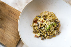 Europeisk mat: Svart tryffel för spagetti och sundried tomat Arkivfoton